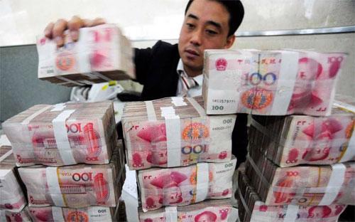 Nhân dân tệ bị phá giá sâu khiến các doanh  nghiệp Trung Quốc vay nợ bằng ngoại tệ sẽ phải mất nhiều tiền hơn để đổi sang tiền nước ngoài phục vụ cho việc trả nợ.
