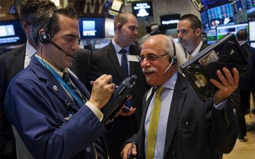 Các chỉ số ở Phố Wall tiếp tục có thêm một phiên giằng co mạnh, nhưng đã  tăng điểm thành công vào cuối ngày với sự dẫn đầu của nhóm cổ phiếu  công nghệ - Ảnh: Reuters.<br>
