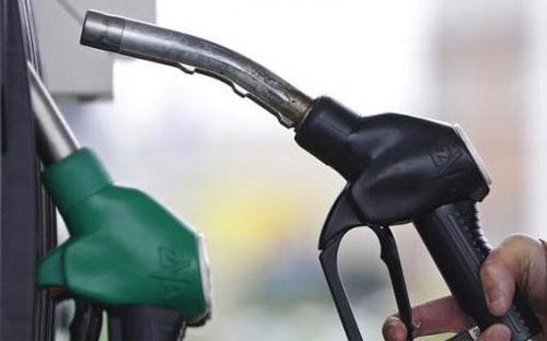 """Giá dầu đã """"bốc hơi"""" gần 1/3 kể từ cuối tháng 6 đến nay - Ảnh: Reuters.<br>"""