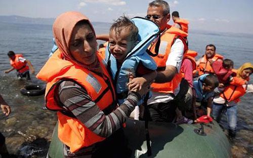 Giữ liên lạc trên mạng là một điều vô cùng quan trọng đối với những gia đình bị chia cắt trong quá trình di cư - Ảnh: Reuters.<br>