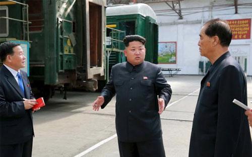 Nhà lãnh đạo Triều Tiên Kim Jong Un (giữa) trong chuyến thị sát một cơ sở sản xuất đầu máy - Ảnh: Reuters/KCNA.<br>