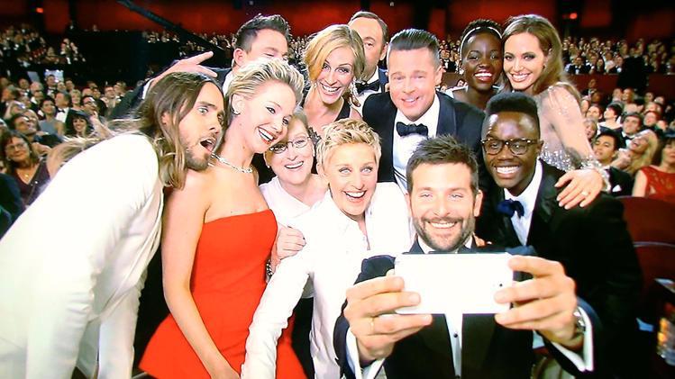 """Một tấm ảnh đôi khi có giá trị ngang với cả một chiến dịch quảng cáo  trên truyền hình. Chắc bạn chưa quên bức ảnh """"tự sướng"""" (selfie) tại lễ  trao giải Oscar mới đây mà Samsung đạo diễn."""