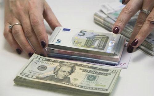 Cuối ngày thứ Sáu tuần trước, tỷ giá đồng Rúp đã rớt xuống mức hơn 69  Rúp đổi 1 USD, từ mức 65 Rúp tương đương 1 USD vào đầu tuần.