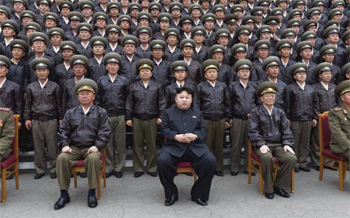 Nhà lãnh đạo Triều Tiên Kim Jong Un (giữa) chụp ảnh cùng quan chức quân đội cấp cao của nước này ở Bình Nhưỡng tháng 4/2014 - Ảnh: Reuters/KCNA.<br>