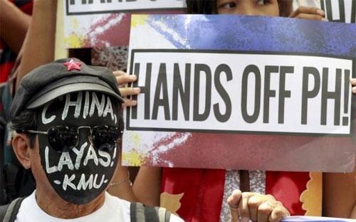 Người dân Philippines phản đối Trung Quốc về vấn đề biển Đông trước cửa lãnh sự quán Trung Quốc ở Makati hôm 7/7 - Ảnh: Reuters.<br>