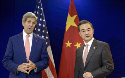 Ngoại trưởng Mỹ John Kerry (trái) và Ngoại trưởng Trung Quốc Vương Nghị tại Kuala Lumpur - Ảnh: AP.<br>