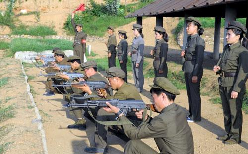 Lính Triều Tiên được huấn luyện bắn súng - Ảnh: Reuters/KCNA.<br>