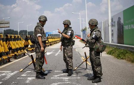 Binh sỹ Hàn Quốc làm nhiệm vụ ở biên giới giữa hai miền Triều Tiên ngày 22/8 - Ảnh: Reuters.<br>