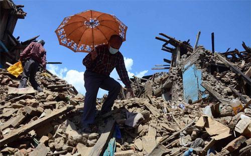 Những ngôi nhà đổ sập vì động đất ở làng Sankhu của Nepal - Ảnh: Zuma/WSJ.<br>