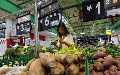 Cùng với xu hướng suy giảm chung của nền kinh tế, chỉ số giá tiêu dùng  (CPI) của Trung quốc trong tháng 7 chỉ tăng 1,6% so với cùng kỳ năm  ngoái bất chấp giá thịt lợn tăng mạnh - Ảnh: Reuters.<br>