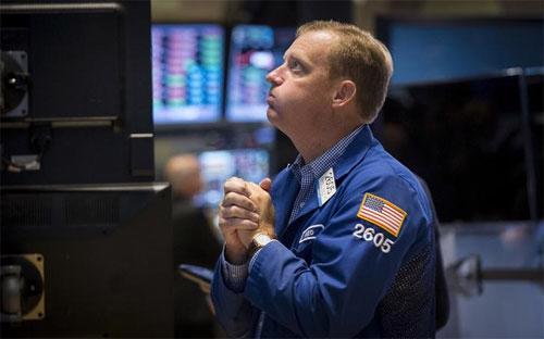 """Khoảng 14 tỷ cổ phiếu đã được các nhà đầu tư """"sang tay"""" trong phiên hôm  qua trên các sàn giao dịch chứng khoán ở Mỹ, khối lượng giao dịch lớn  nhất trong hơn 4 năm, và lớn thứ nhì trong lịch sử - Ảnh: Reuters.<br>"""