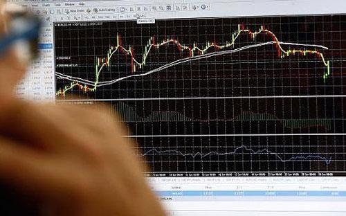 Chứng khoán Hy Lạp giảm điểm chóng mặt ngay khi mở cửa trở lại sau 5 tuần đóng cửa - Ảnh: CNBC/Getty/Bloomberg.<br>
