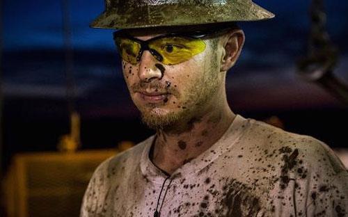 Một công nhân dầu lửa làm việc tại một mỏ dầu ở Watford City, North Dakota, Mỹ - Ảnh: CNBC/Getty.<br>