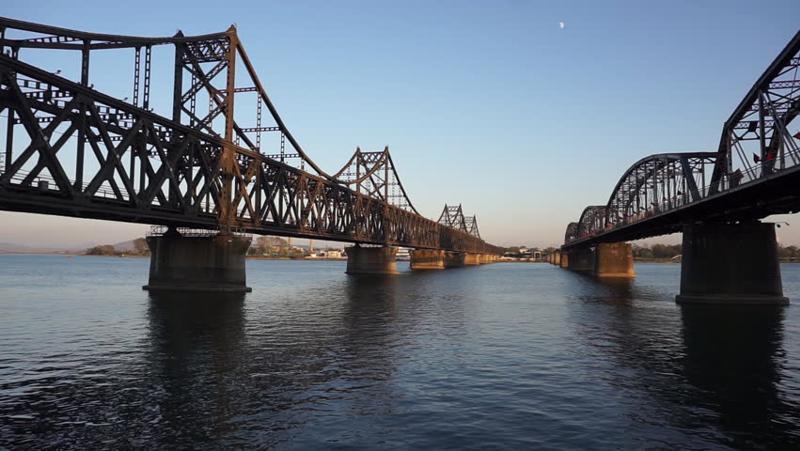 Một cây cầu hữu nghị nối qua sông Yalu giữa Triều Tiên và Trung Quốc - Ảnh: Shutterstock.<br>