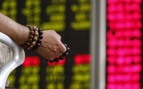 Đồng Nhân dân tệ bị phá giá càng gia tăng áp lực bán tháo trên thị trường chứng khoán Trung Quốc.