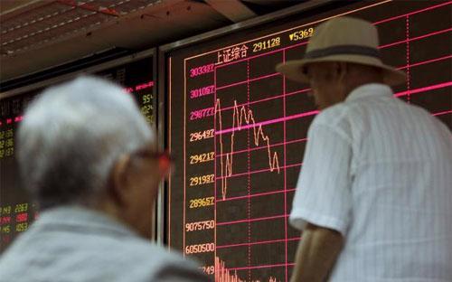 Thị trường chứng khoán Trung Quốc đã mất khoảng 5 nghìn tỷ USD, tương  đương khoảng một nửa giá trị vốn hóa, kể từ khi đạt đỉnh hồi giữa tháng 6 - Ảnh: Reuters.<br>