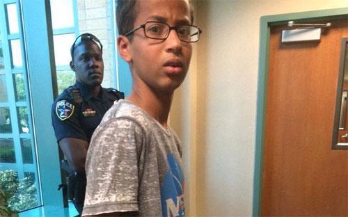 Admed Mohamed đã bị cảnh sát bắt hôm thứ Hai tuần này, sau khi mang đồng hồ tự chế đến lớp - Ảnh: BI.<br>