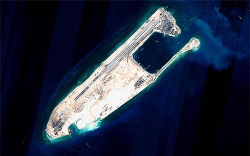 Một hòn đảo nhân tạo Trung Quốc xây dựng trái phép trên biển Đông - Ảnh: Zuma/WSJ.<br>