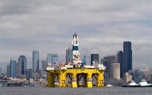 Một giàn khoan của Shell trên đường tới Bắc Cực. Hãng này đã từ bỏ dự án khoan tìm dầu ở Bắc Cực vì lo giá dầu giảm - Ảnh: Bloomberg.<br>
