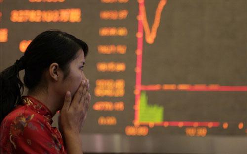 Trước đợt sụt giảm mạnh mẽ này của chứng khoán Trung Quốc, giới quan sát  đã lo ngại về khả năng thiếu bền vững của mức giá cổ phiếu lên quá cao - Ảnh: Bloomberg.