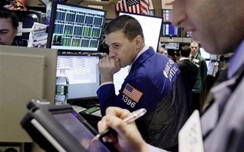 Tại thị trường Phố Wall, chỉ số công nghiệp Dow Jones mất 1,2%, còn 17.402,84 điểm.