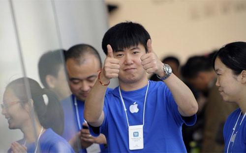 Nhân viên trong một cửa hiệu Apple ở Trung Quốc.<br>