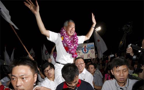 Thủ tướng Singapore Lý Hiển Long và những người ủng hộ ông ăn mừng chiến thắng trong cuộc bầu cử diễn ra ngày 11/9 - Ảnh: Reuters.<br>