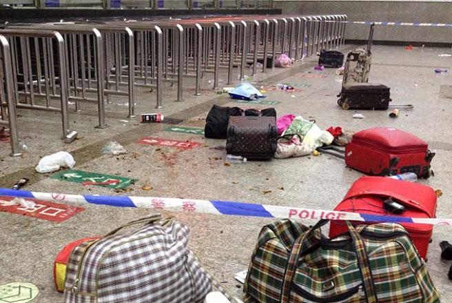 Hiện trường tại nhà ga xe lửa thành phố Côn Minh, tỉnh Vân Nam, Trung Quốc sau vụ tấn công.<br>