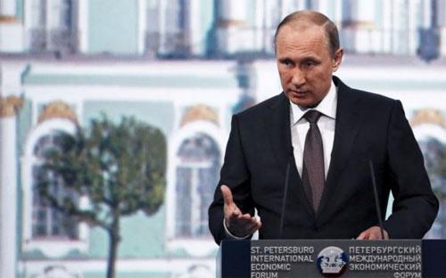 Tổng thống Nga Vladmir Putin phát biểu tại Diễn đàn Kinh tế Quốc tế St. Petersburg - Ảnh: Reuters.<br>