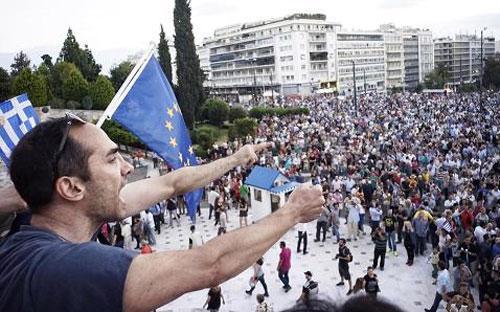 Người Hy Lạp xuống đường tuần hành ở thủ đô Athens ngày 21/6 ủng hộ Chính phủ cánh tả của Thủ tướng Alexis Tsipras - Ảnh: CNBC/Getty.<br>