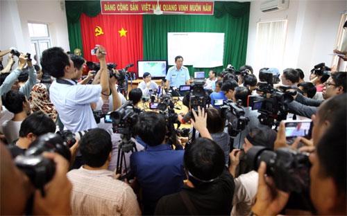 Ảnh một cuộc họp báo tại sở chỉ huy cứu nạn tại Phú Quốc trên báo Malaysia. Việt Nam đã huy động nhân tài vật lực tối đa cho chiến dịch tìm kiếm MH370.<br>