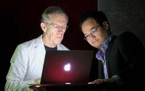 Ông Richard Moore (bên trái). Từ năm 2014, ông sẽ tập trung thời gian của mình cho  công việc tư vấn và sáng tạo để tiếp tục nâng cao chất lượng dịch vụ của  công ty.