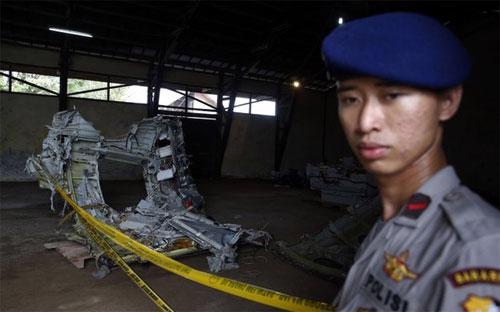 Một phần của thân máy bay AirAsia gặp nạn đã được trục vớt - Ảnh: Reuters.<br>
