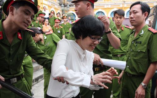 Huỳnh Thị Huyền Như trên đường dẫn giải về trại giam, sau phiên tòa ngày 7/1 - Ảnh: NLĐ.<br>