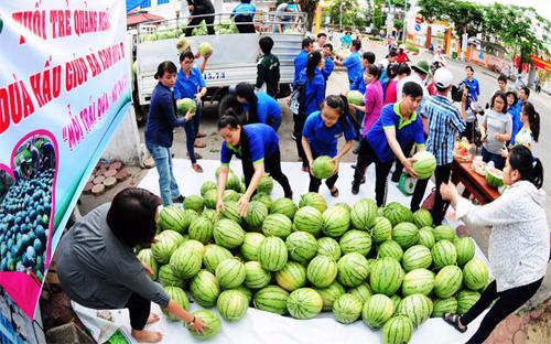 Đã có một phong trào giúp nông dân tiêu thụ dưa hấu ế thừa trong thời gian qua tại Hà Nội - Ảnh: VOV.<br>