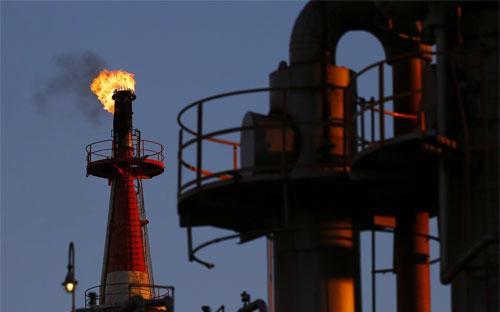 Từ tháng 6 tới nay, giá dầu đã giảm hơn 50% do nguồn cung vượt quá nhu  cầu tiêu thụ toàn cầu trong khi các nhà sản xuất dầu không chịu cắt giảm  sản lượng - Ảnh: Reuters.<br>