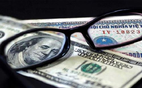 """Theo nhận định của HSBC, Ngân hàng Nhà nước có thể đã tận dụng cơ hội từ  diễn biến tỷ giá USD/VND trên thị trường và mức lạm phát trong nước  thấp """"để điều chỉnh tiền đồng một chút"""".<br>"""