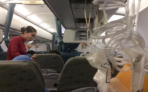 Hình ảnh mặt nạ dưỡng khí trên máy bay bung ra, được một hành khách trên máy bay chia sẻ trên trang cá nhân.<br>