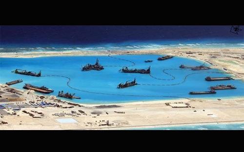 Một bức ảnh do Lực lượng Vũ trang Philippines (AFP) công bố hôm 20/4 cho thấy hoạt động xây dựng của Trung Quốc tại một khu vực tranh chấp trên Biển Đông - Ảnh: AFP/Reuters.<br>
