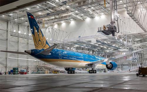Chiếc máy bay này đang được Boeing hoàn thành công đoạn lắp ráp nội thất, trước khi chuyển sang khâu thử nghiệm cuối cùng trên mặt đất và bay thử để chuyển giao cho Vietnam Airlines.