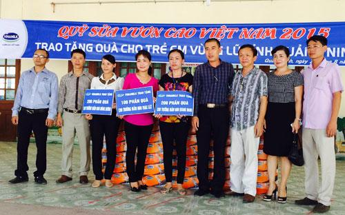 Đại diện Vinamilk đến trao tặng 500 thùng sữa cho ba trường mầm non tại Quảng Ninh.