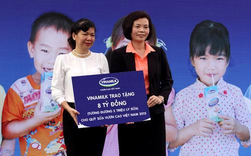 """Năm 2015, Quỹ sữa Vươn cao Việt Nam của Vinamilk vẫn tiếp tục trao cho các em nhỏ có hoàn cảnh khó khăn một lượng sữa trị giá 8 tỷ đồng, tương đương 2 triệu ly sữa cho quỹ sữa """"Vươn cao Việt Nam""""."""