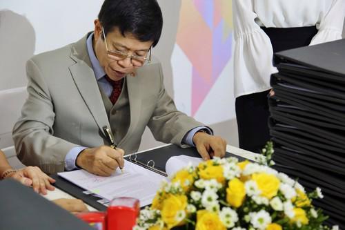 Tiến sĩ Mai Huy Tân trong một đợt ký bàn giao các sản phẩm của Cocobay