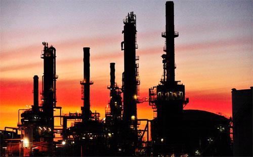Ngân hàng UBS của Thụy Sỹ cho rằng, nhu cầu tiêu thụ dầu của thế giới  hiện ở mức 93 triệu thùng/ngày, khiến nguồn cung dư thừa 1,3 triệu  thùng/ngày.