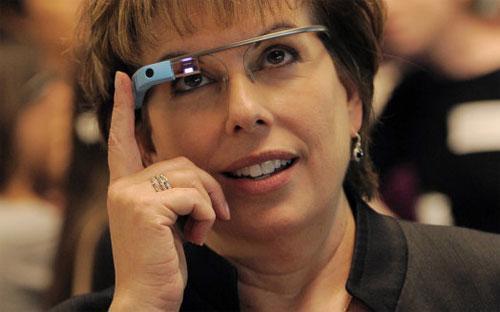 Google Glass trông cũng không hấp dẫn cho lắm. Dù Google đã cố gắng bù  đắp cho thiếu hụt này bằng cách sử dụng gọng kính chất lượng nhà thiết  kế, trông chiếc kính vẫn giống như một dụng cụ y tế - Ảnh: Finance Daily/AP.<br>