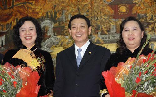 Phó bí thư - Chủ tịch UBND thành phố Nguyễn Thế Thảo chúc mừng hai tân Phó bí thư Thành uỷ.<br>