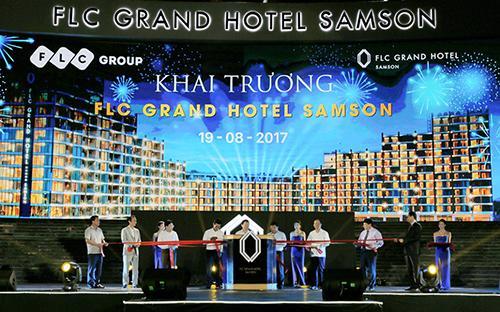 Lãnh đạo các cơ quan, ban, ngành, chính quyền trung ương và địa phương, Tập đoàn FLC và ban quản lý khách sạn thực hiện nghi thức khai trương FLC Grand Hotel Samson.