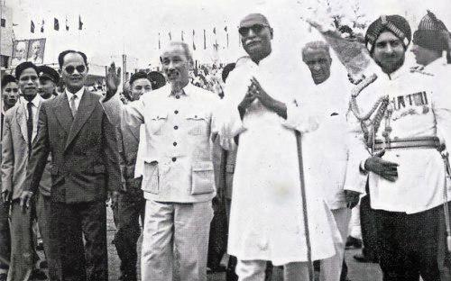 Chủ tịch Hồ Chí Minh trong một chuyến công du quốc tế.<br>