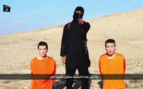 Hình ảnh trong đoạn băng video của IS dọa hành quyết hai con tin người Nhật - Ảnh: Reuters.<br>