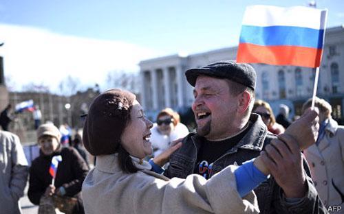 Người dân Crimea ăn mừng sau cuộc trưng cầu dân ý gia nhập Nga - Ảnh: AFP.<br>